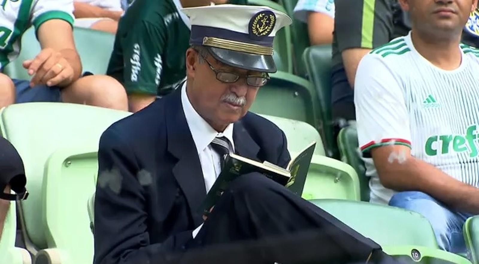 Idoso expulso do estádio do Palmeiras por ler livro durante jogo