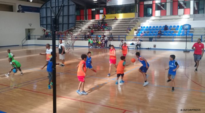 Edy Tavares oferece equipamentos de basquetebol a Escolas de Mini-basket de Santiago Sul