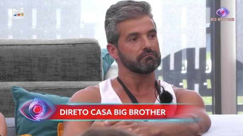 """Tensão na """"casa"""" do """"Big Brother"""": concorrente agarra colegas e é chamado à atenção"""