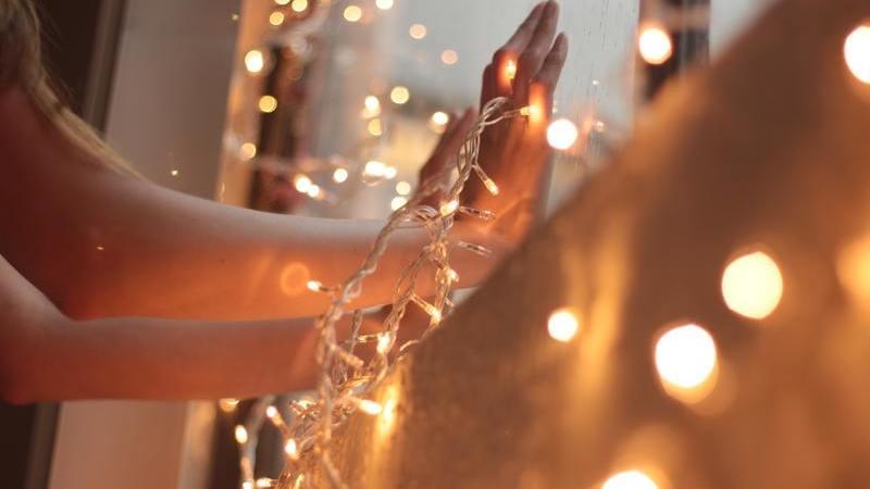 Isolados devido ao coronavírus, moradores colocam luzes de Natal para aliviar a tensão