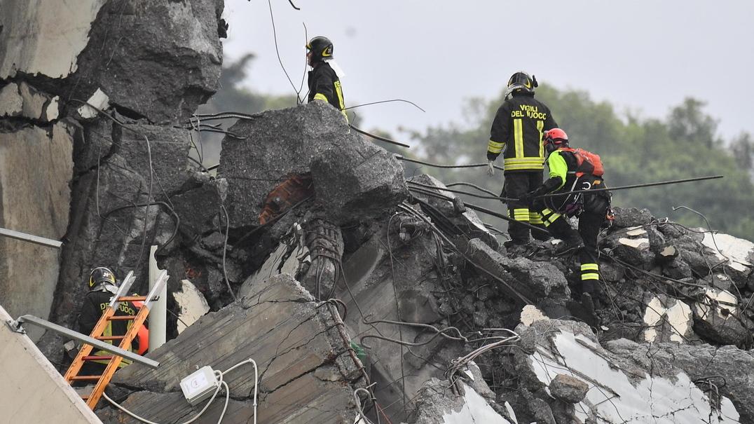 Autoridades partilham resgate de uma das vítimas da queda de ponte em Génova