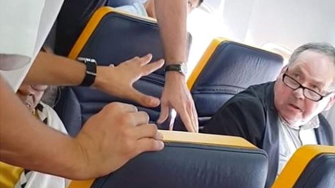 Ryanair é criticada por não expulsar passageiro racista de avião