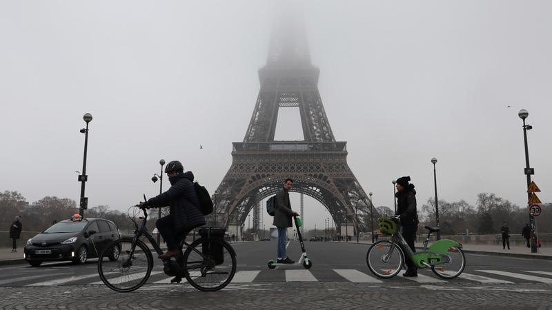 Os turistas não gostam da greve. Como passear numa Paris mergulhada no caos e sem transportes públicos
