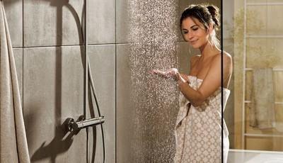 A água fria reafirma a pele? Conheça alguns mitos sobre o banho