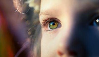 Nove sinais de que o seu filho pode precisar de um exame aos olhos