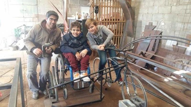 Criança constrói bicicleta especial para poder transportar o primo de cadeira de rodas