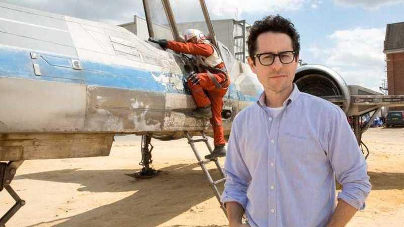 """""""Star Wars"""": J.J. Abrams anuncia fim da rodagem do """"Episódio IX"""" com fotografia emotiva dos atores"""