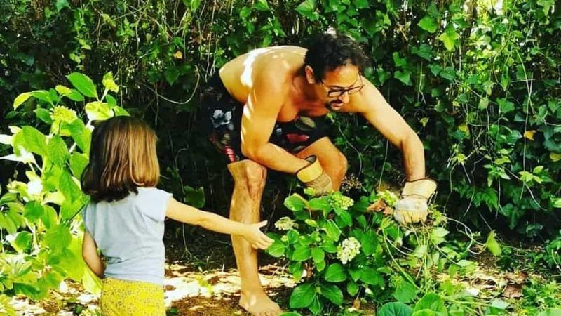 Gonçalo Diniz dedica-se à jardinagem e recebe instruções da filha