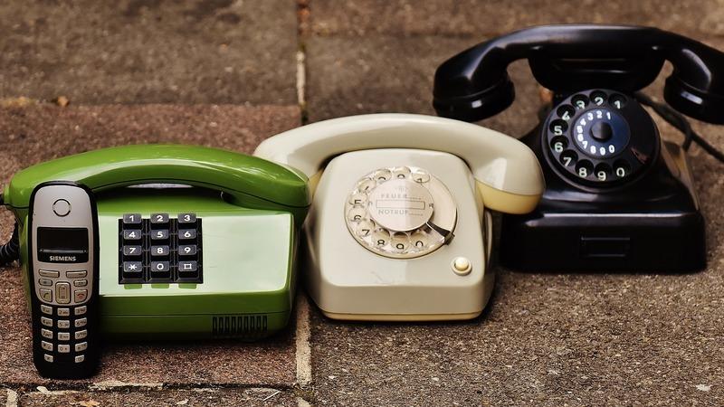 Tem vários telemóveis velhos que não usa? Saiba onde os deixar