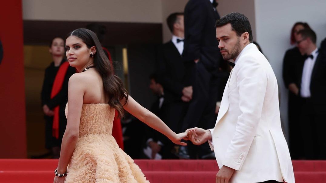 Sara Sampaio e Oliver Ripley na passadeira do Festival de Cannes