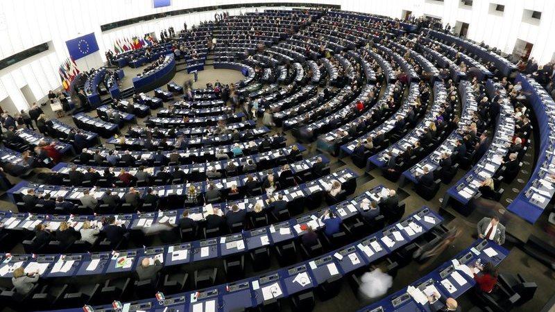 Deputados europeus querem mais ações da UEFA contra racismo e discriminação