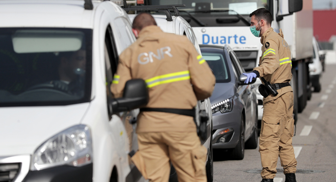 Covid-19: GNR fiscaliza e informa condutores na autoestrada A25 em Celorico da Beira