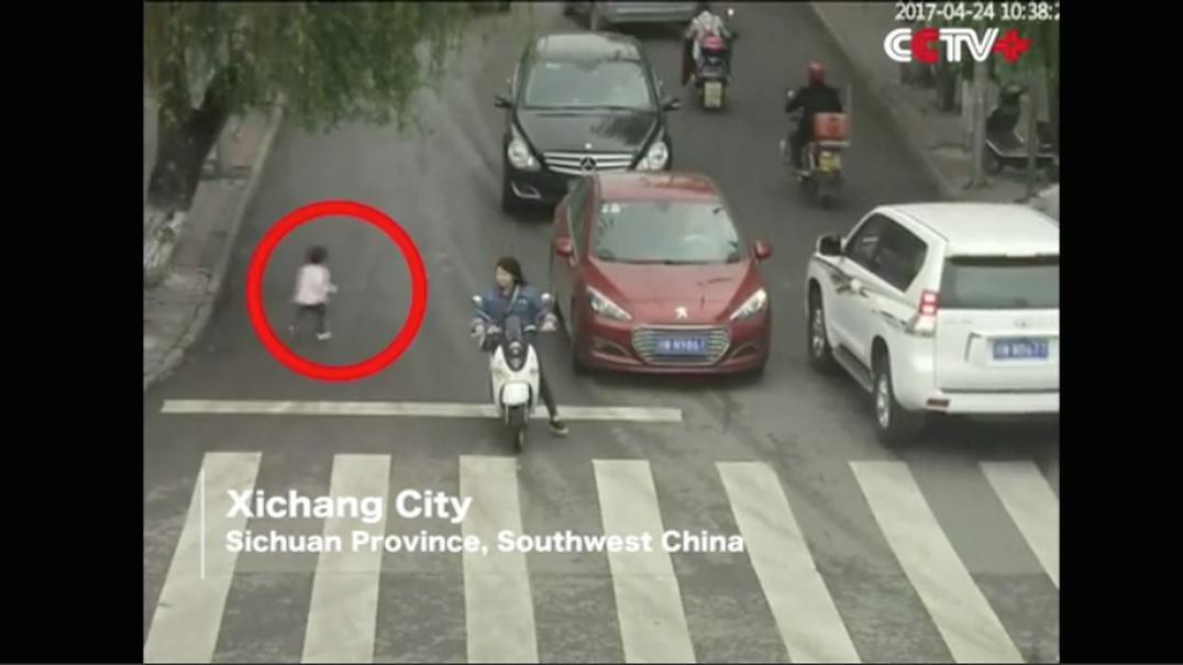 Criança escapa quase ilesa a atropelamento… por dois carros