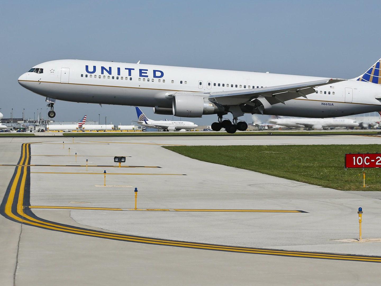 United Airlines e passageiro expulso de avião sobrelotado chegam a acordo