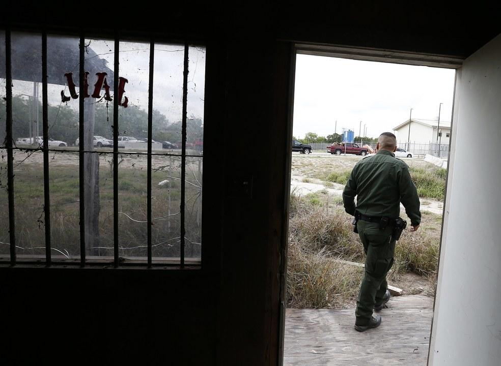 EUA: Centenas de crianças separadas dos pais imigrantes e mantidas em celas com folhas de papel como cobertor