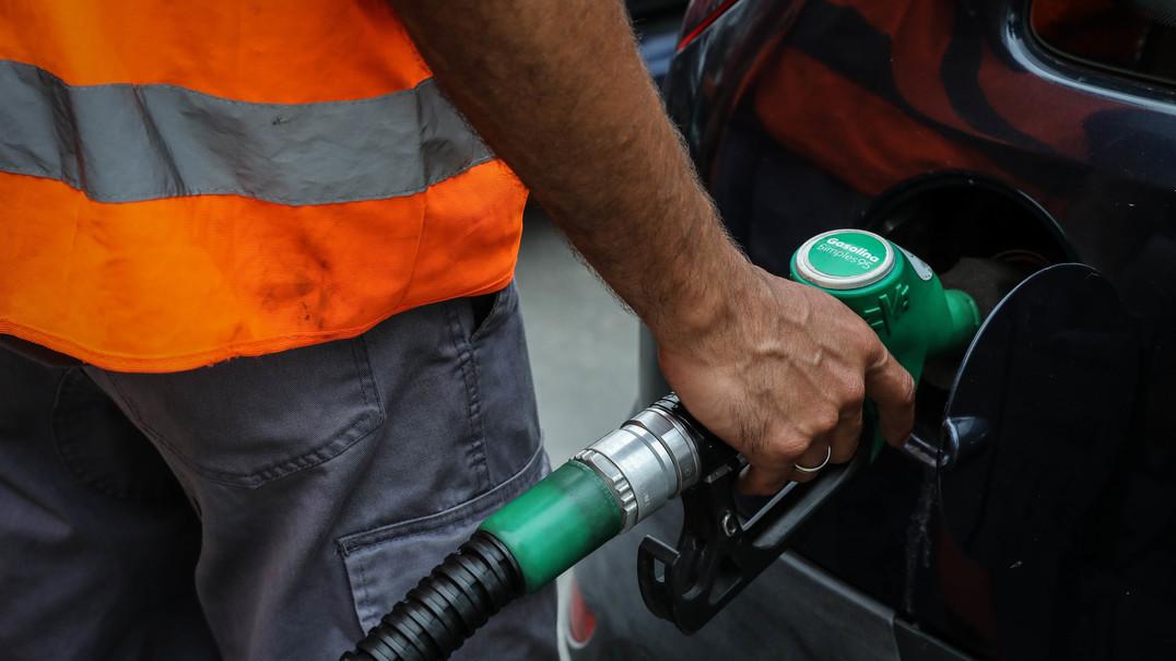 Ao pôr o carro em ponto morto nas descidas poupamos combustível?