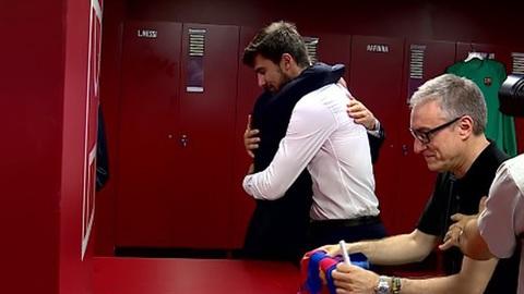 André Gomes e o pai emocionam-se durante a apresentação em Barcelona