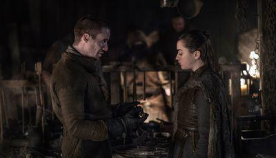 """Controvérsia em """"A Guerra dos Tronos"""": Maisie Williams reage a cena entre Arya Stark e Gendry"""