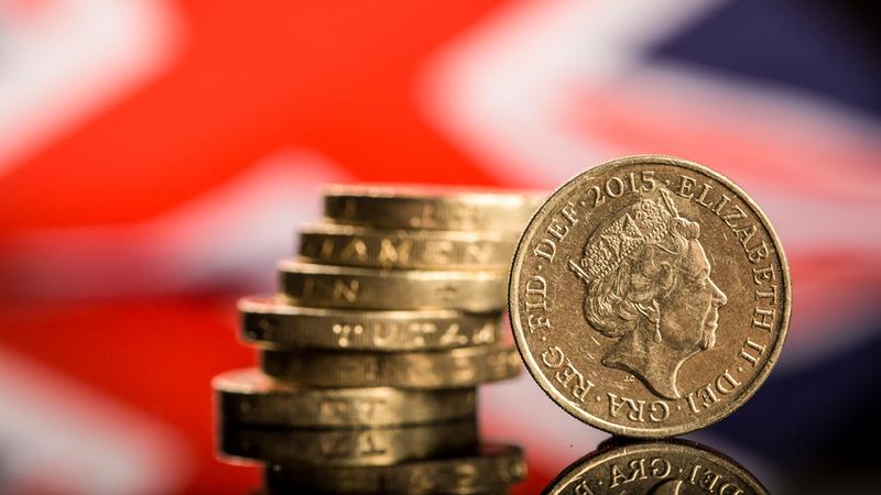 Euro sobe face ao dólar mas cai em relação à libra