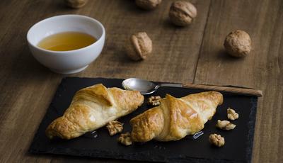 Mini croissants de maçã e chèvre com mel e nozes