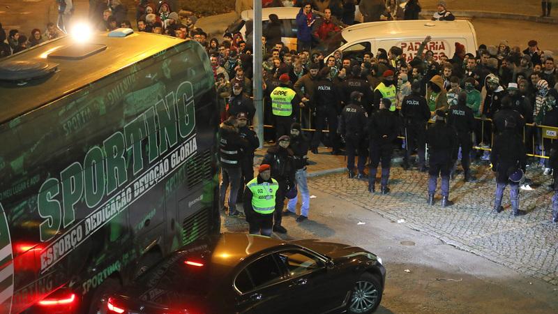 Chaves 1-0 Sporting: Adeptos não perdoam e gritam 'joguem à bola' à saída do autocarro