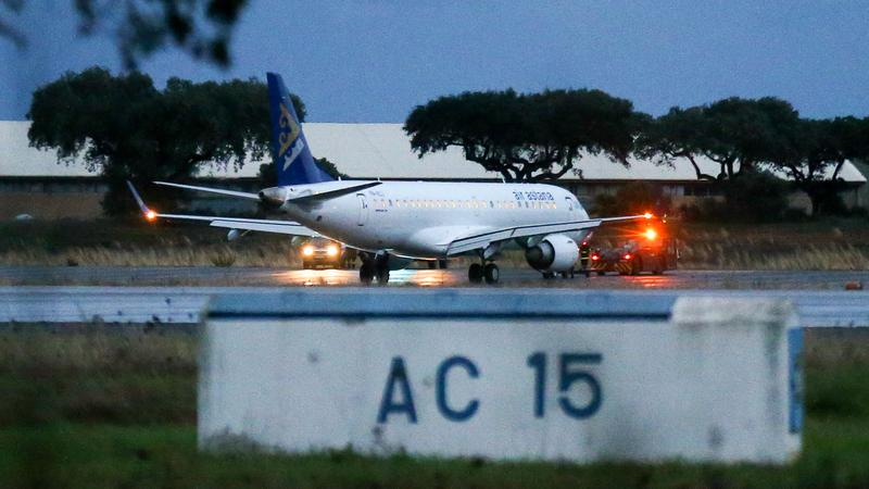 Força Aérea mostra imagens do momento da aterragem de emergência do avião da Air Astana em Beja