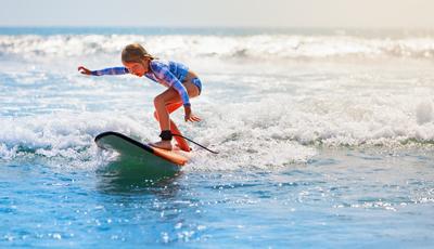 As crianças e o surfe. Saiba qual é a melhor idade para começar e qual a melhor altura para ir para o mar