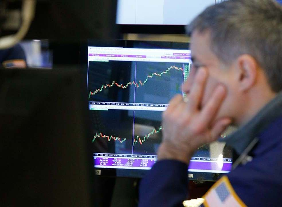 Wall Street fecha misto em dia positivo na banca e de quedas no petróleo