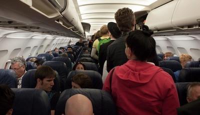 Quais são os lugares no avião com mais germes?