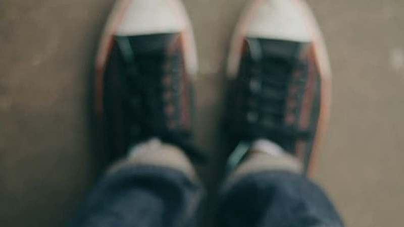 Coronavírus. Ainda devemos deixar os sapatos que usamos na rua à porta de casa?