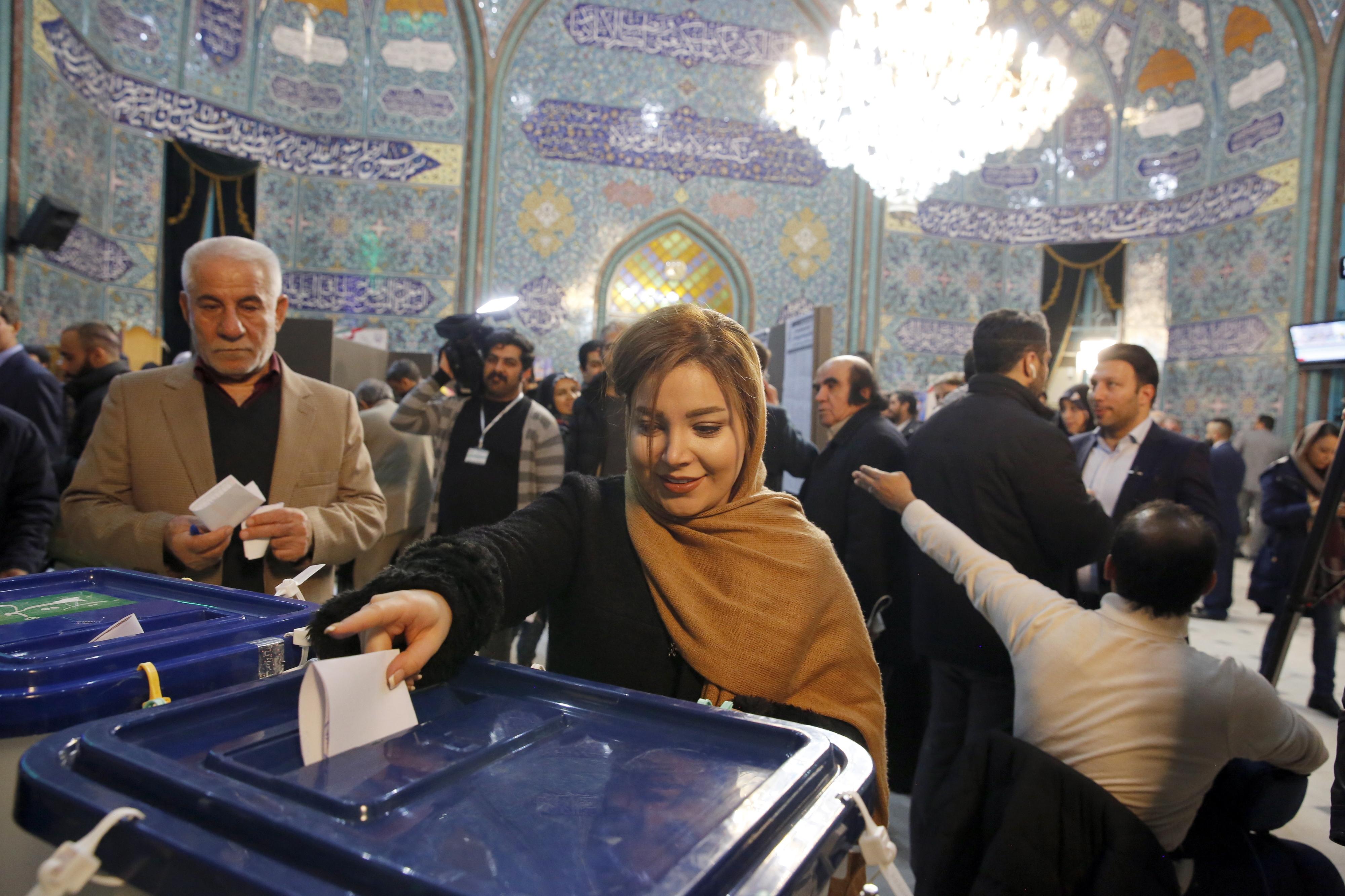 Mais duas horas. Autoridades iranianas anunciam segundo prolongamento da votação