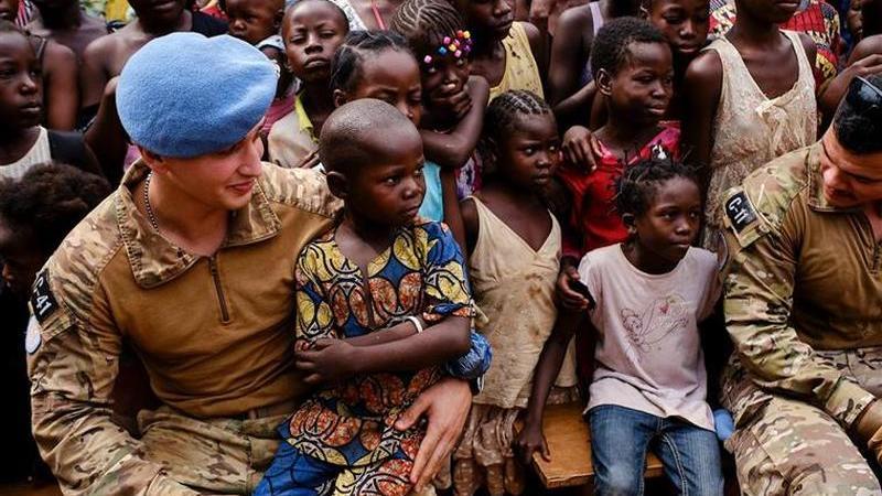 Militares portugueses distribuíram bolas de futebol e vestidos a crianças na República Centro-Africana