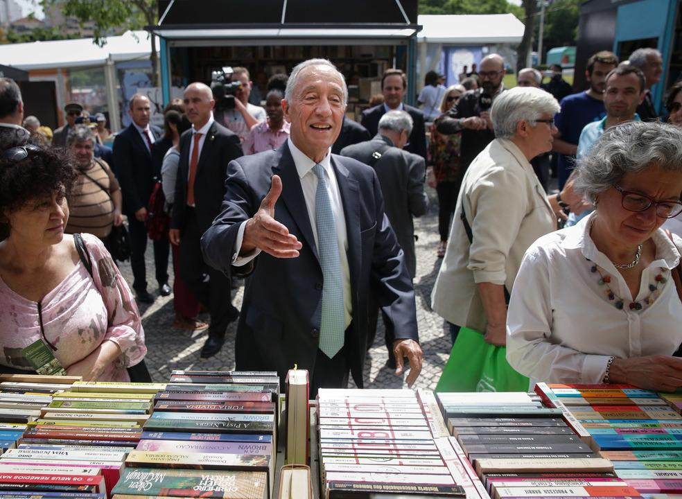 Marcelo soma diálogos sobre livros, mas sobretudo cumprimentos e 'selfies'