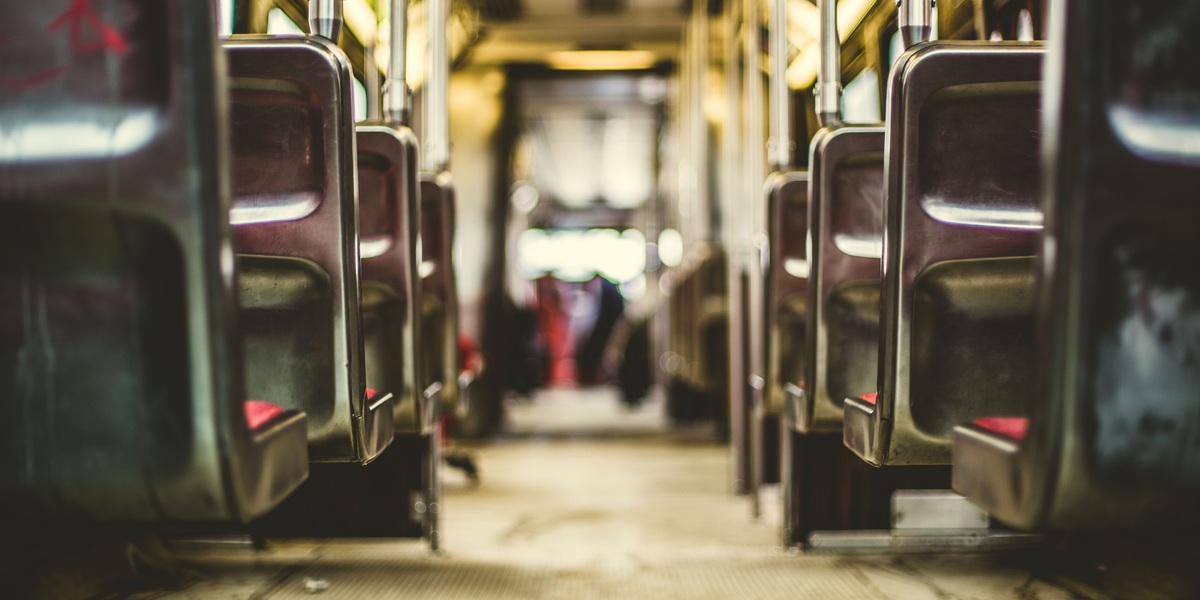 Resultado de imagem para maos em transportes publicos