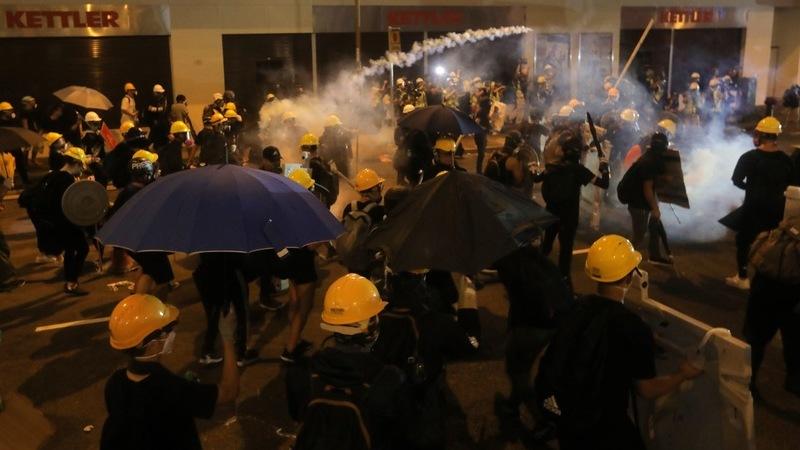 Polícia de Hong Kong recorre a gás lacrimogéneo para dispersar manifestantes antigovernamentais
