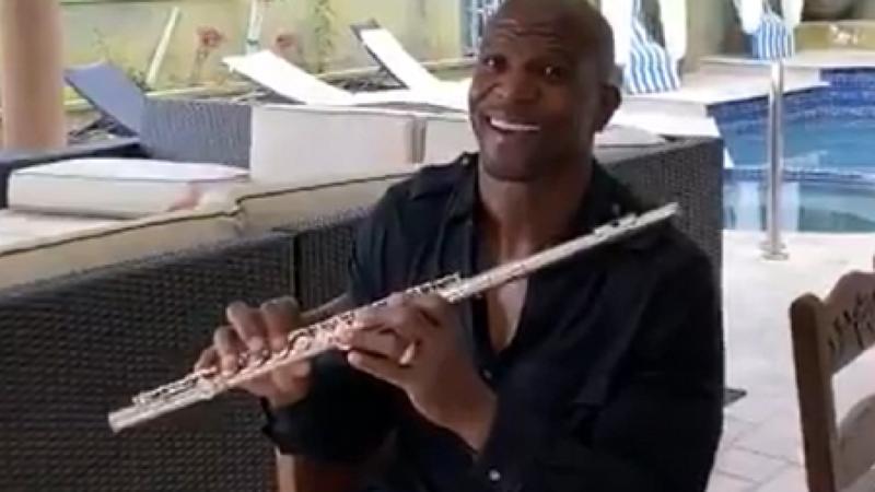 Terry Crews conquista redes sociais a tocar flauta: veja aqui os vídeos