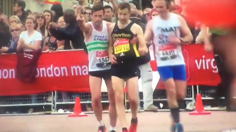 """""""Vamos passar a meta juntos"""": solidariedade marca maratona em Londres"""