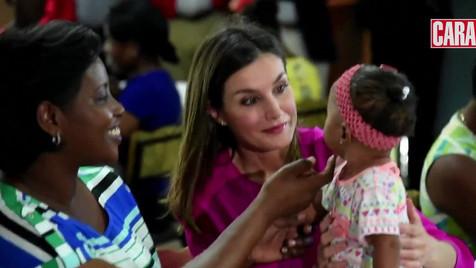 Rainha Letizia mostra o seu lado mais maternal em visita ao Haiti