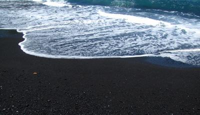 25 fotos de praias de areia negra que o vão fazer querer viajar para lá imediatamente