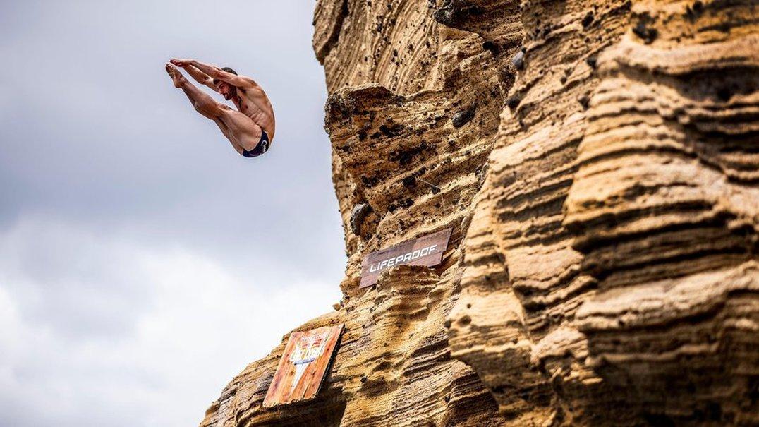 Red Bull Cliff Diving: Eles têm mais medo de trabalhar num escritório do que saltar para o abismo