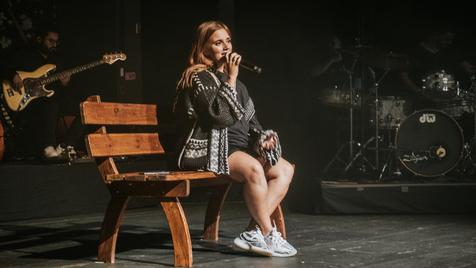 """Carolina Deslandes: o momento em que uma """"pequena bailarina"""" invade o concerto da cantora"""