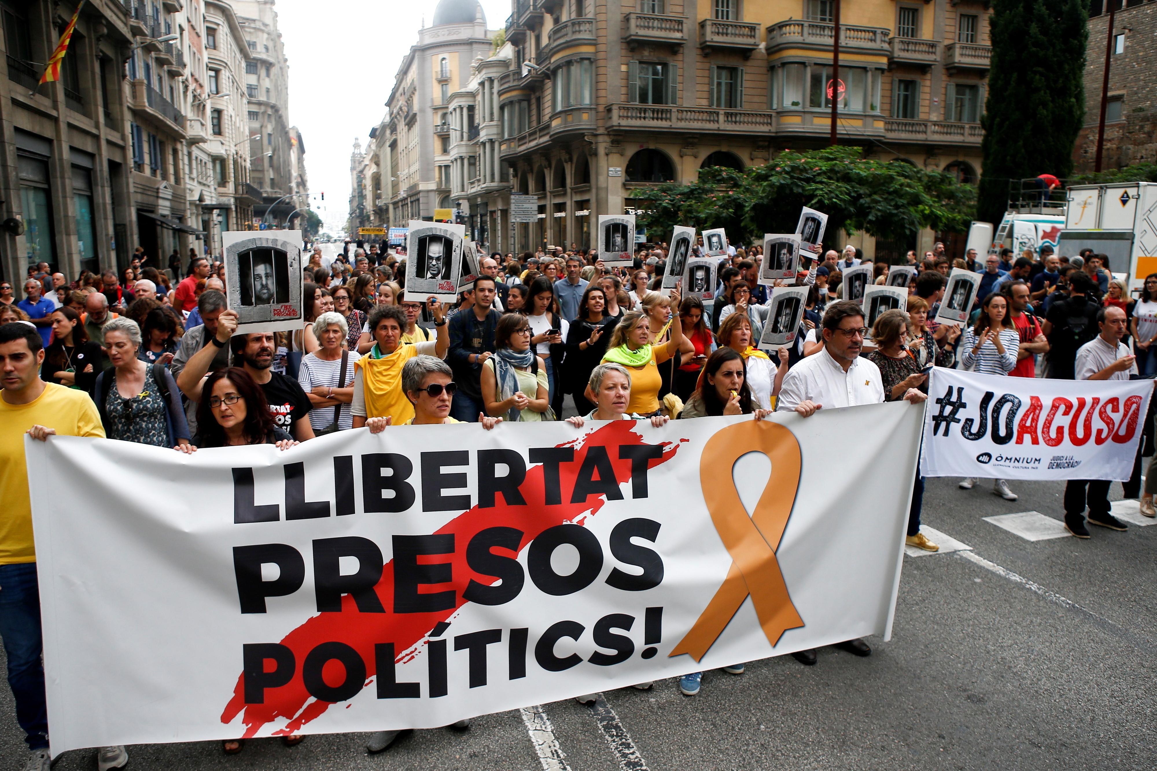 Centenas cortam avenidas e linhas férreas na Catalunha em protesto contra sentenças