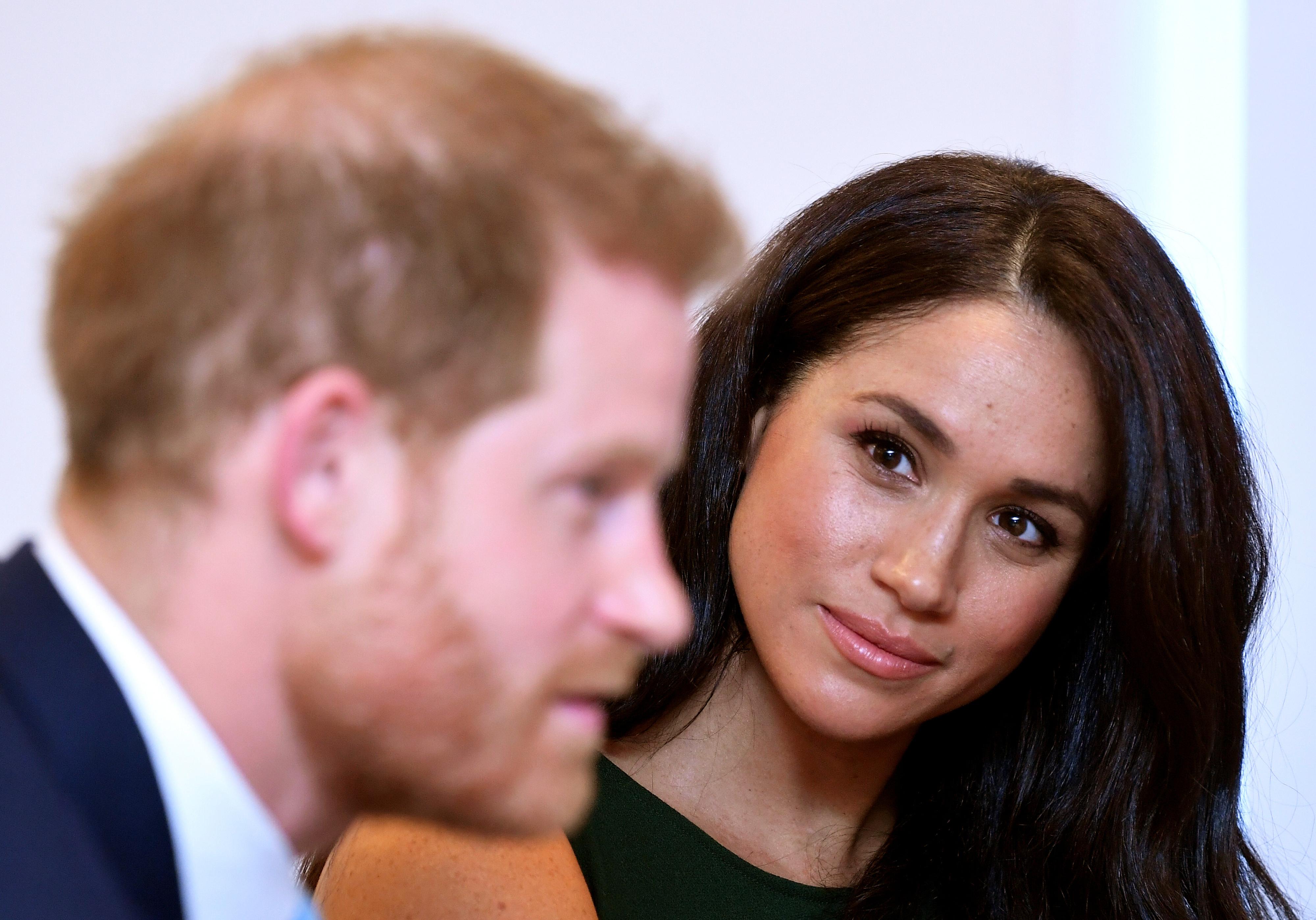 Harry e Meghan, um casal moderno incomodado com as pressões da realeza