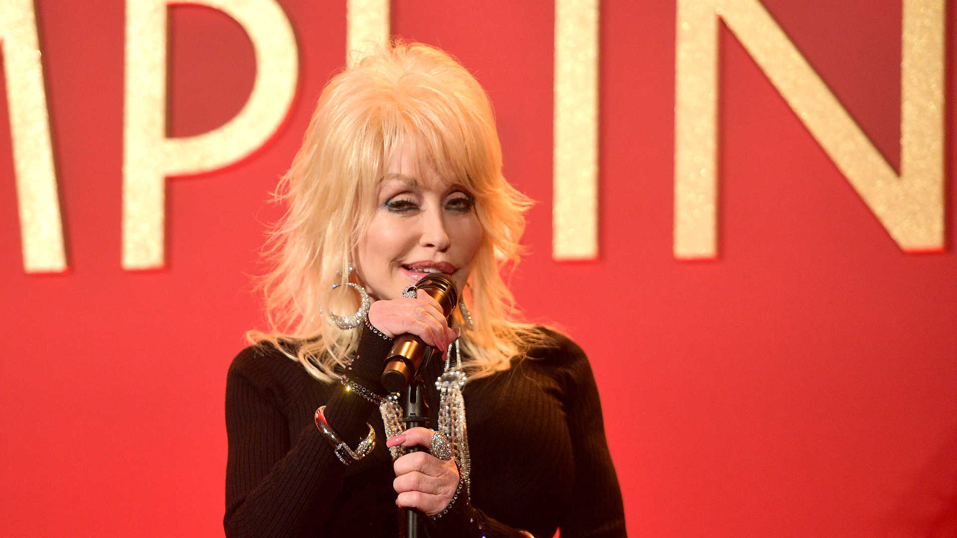 Dolly Parton juntou-se à família e cantou no funeral do irmão