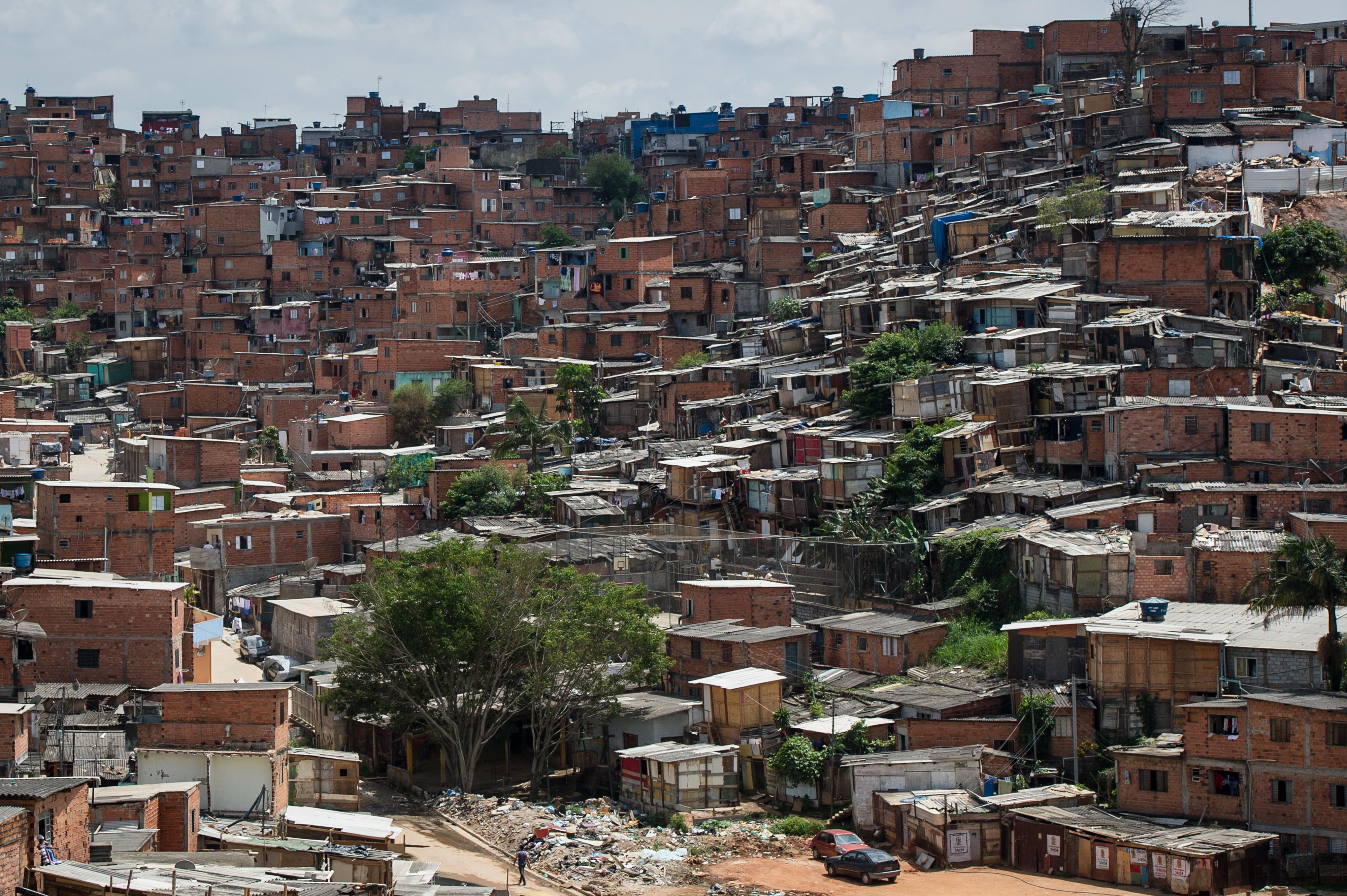 Sem dinheiro para comida ou sabão, brasileiros temem coronavírus nas favelas