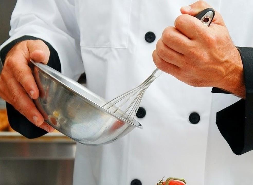 A comida de tacho fica melhor se mexida no sentido dos ponteiros do relógio? Seis mitos de cozinha