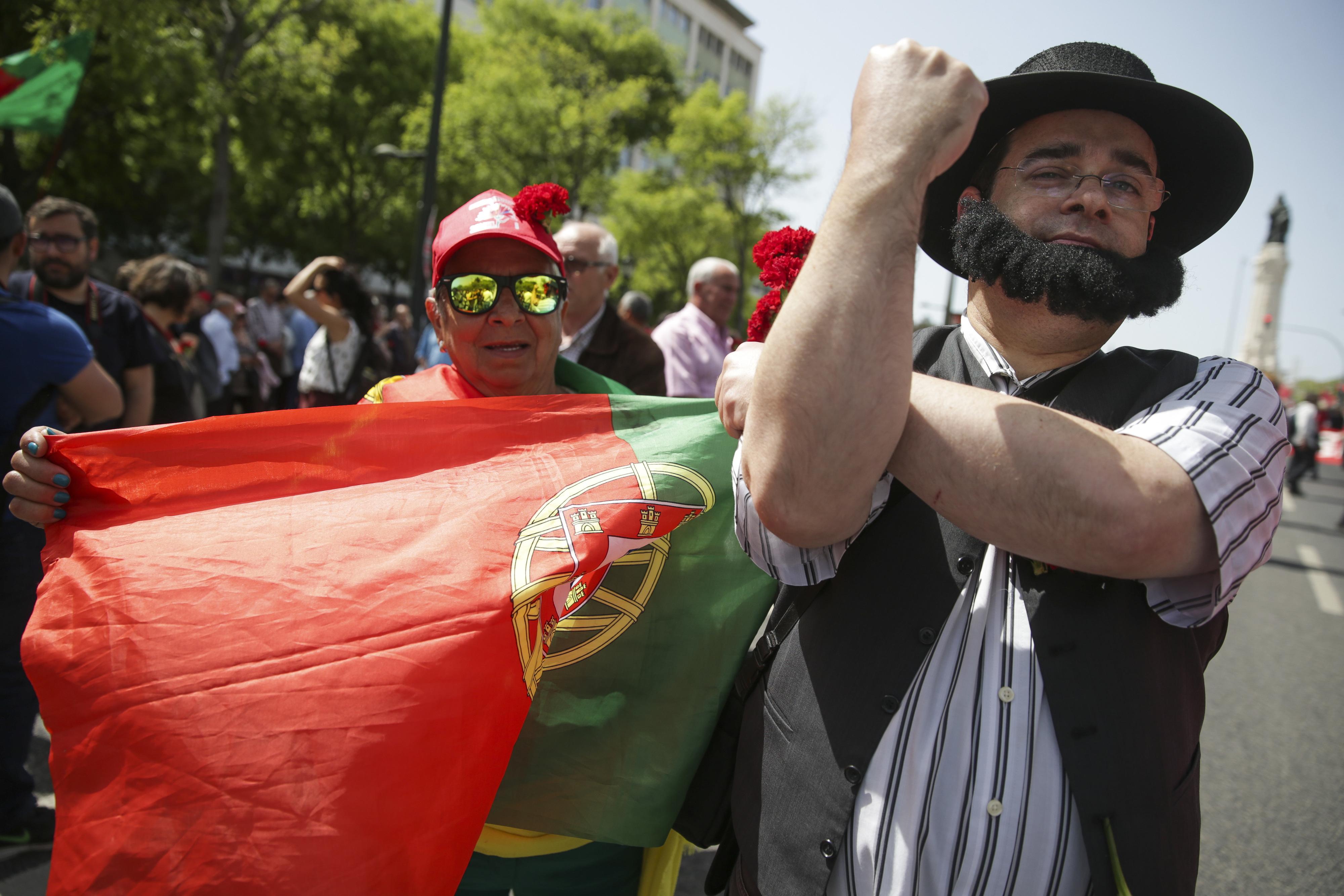 25 Abril: Populares aproveitam tradicional desfile para exigirem mais direitos