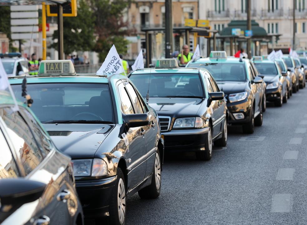 Taxistas mantêm protesto até segunda-feira