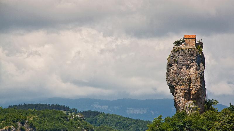 Um monge vive em solidão nesta rocha de 40 metros de altura com mais de 2 mil anos de história