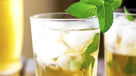 chá gelado de limão, maçã e hortelã só com 51 calorias para começar a semana de forma saudável
